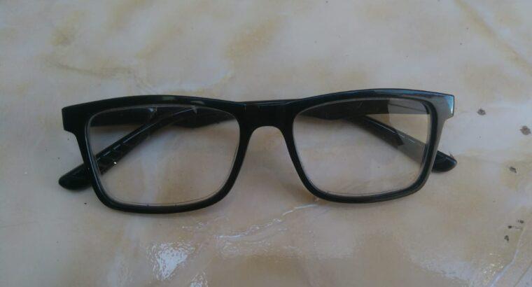 óculos de grau preto encontrado