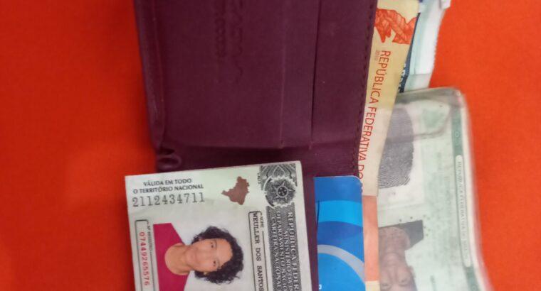 Carteira com documentos cartão e dinheiro encontra